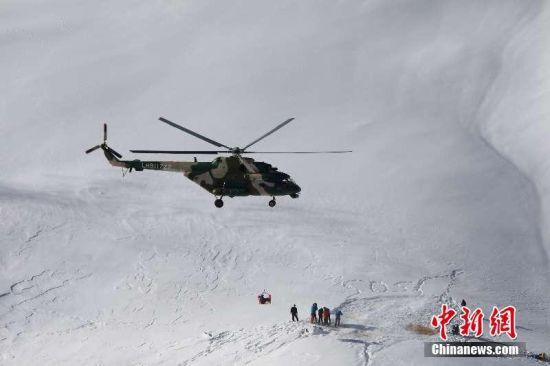 新疆军区某陆航旅高海拔救援雪崩被困者