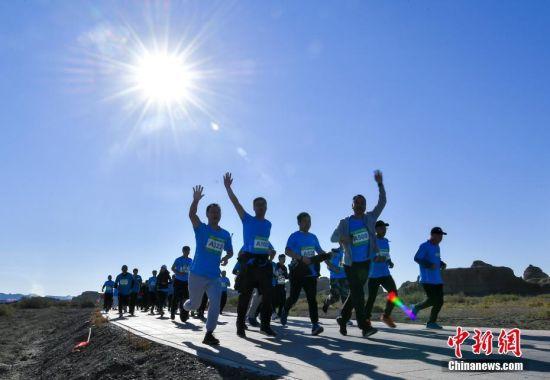新疆克拉玛依举办越野挑战赛 千余选手参赛角逐