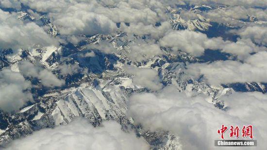 航拍云朵拥抱下的新疆天山壮观震撼