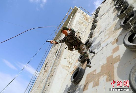 陆军73集团军某特战旅官兵攀爬滑降12米高楼来去自如