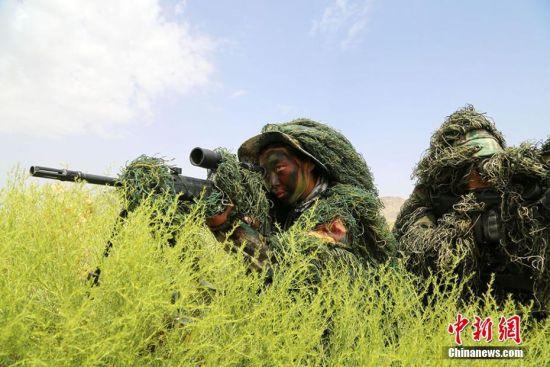 新疆军区男女狙击手戈壁滩上同训练 高温下巾帼不让须眉