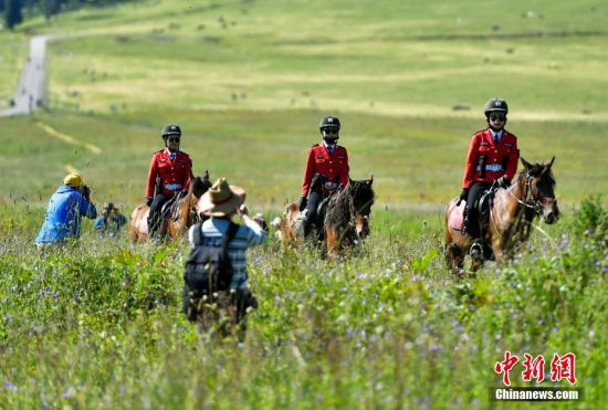 女子骑警队 新疆那拉提草原上的靓丽风景