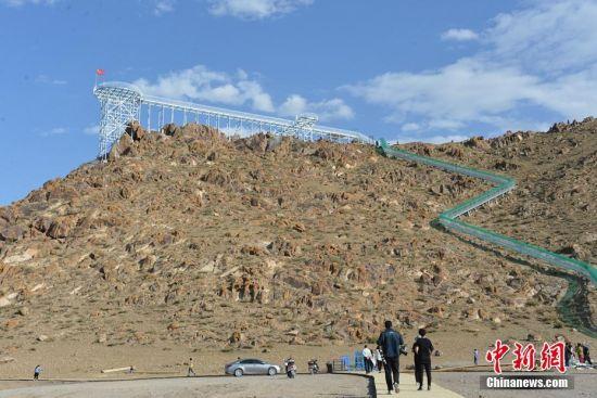 草原美景一览无余 新疆东天山草原首次建成玻璃栈道