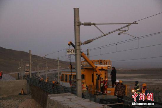 新疆南疆铁路托克逊至珍珠泉段挡风墙及挡风板加高