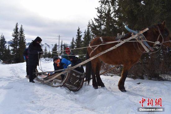 """新疆阿勒泰民警""""马爬犁""""送孩子上学"""