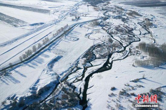 航拍新疆温泉河谷 与白雪相映成趣