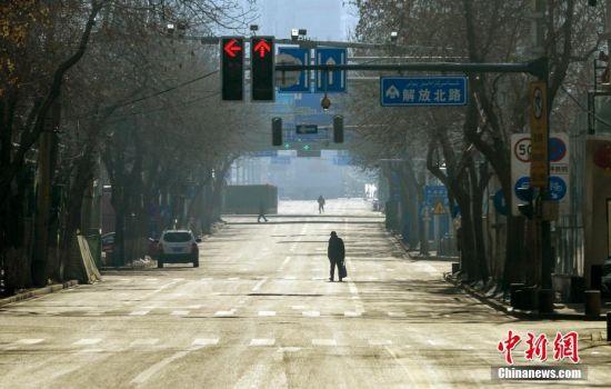 乌鲁木齐加强疫情防控 街头人迹难寻