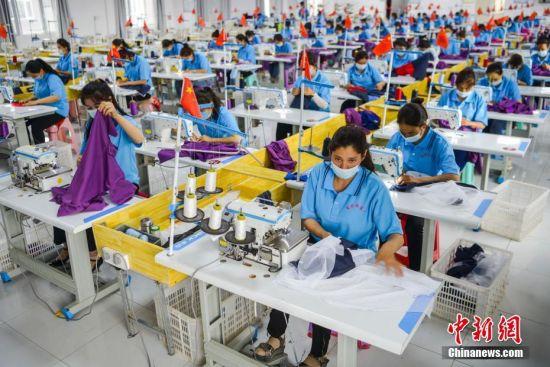 新疆阿克陶县乡间扶贫片区工厂为周边民众提供就业岗位