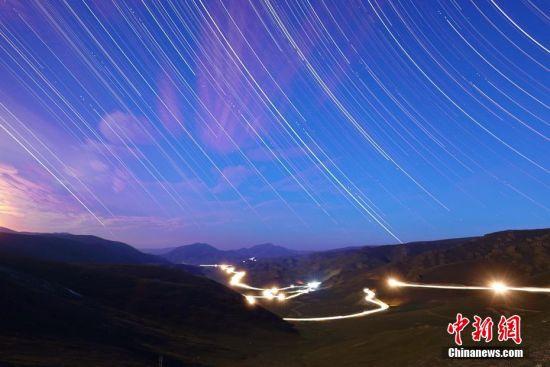 新疆原生态牧场进入闲牧期 夏日景观色彩斑斓