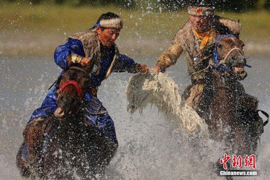 新疆昭苏县举办水中踏浪刁羊比赛 场面壮观
