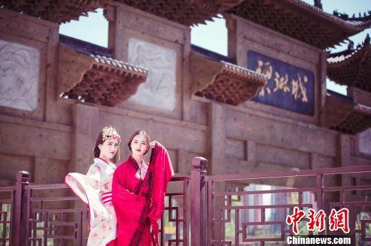 阜康市城区的碧琳城旅游小镇也是游客喜欢留影的好地方。阜康市旅游局供图
