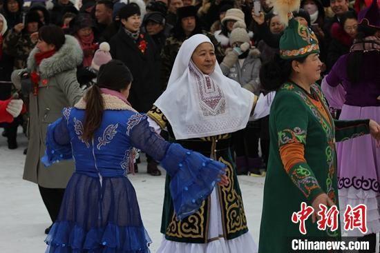 """新(xin)疆(jiang)哈巴河""""醉(zui)美雪��(hua)""""冰雪��_幕,哈�_克族(zu)群(qun)�歌舞助(zhu)�d(xing)冰雪旅游�。 陶拴科 �z"""
