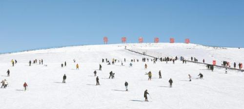 游客在也(ye)迷里滑(hua)雪�鲶w�冰雪��讽�(xiang)目(�z于2019年12月(yue)28日)。