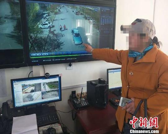 赵女士监控屏幕上指认出租车。 苏刚伟 摄