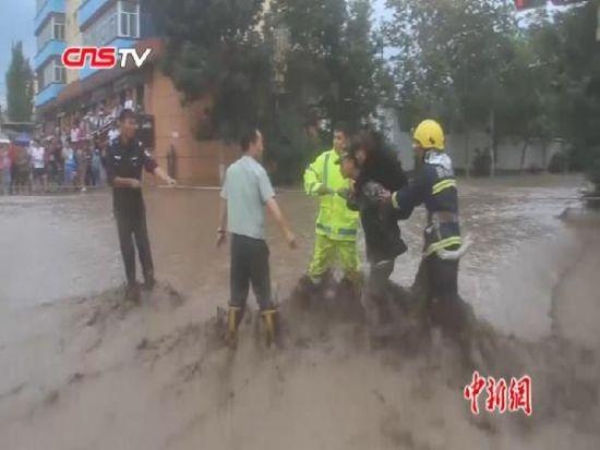 新疆塔城托里突降暴雨 引发洪水