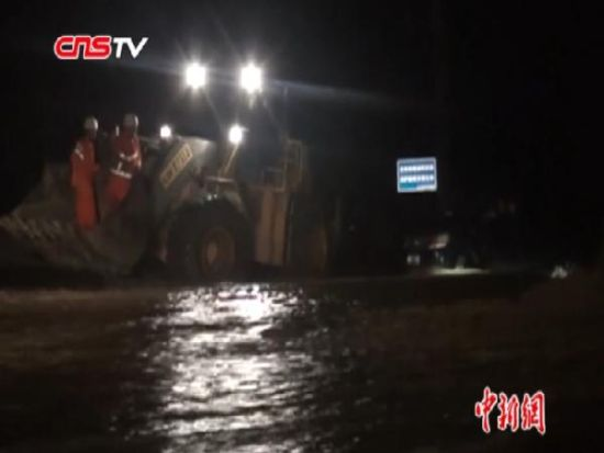 暴雨致水位上涨 司机凌晨将车开入河道