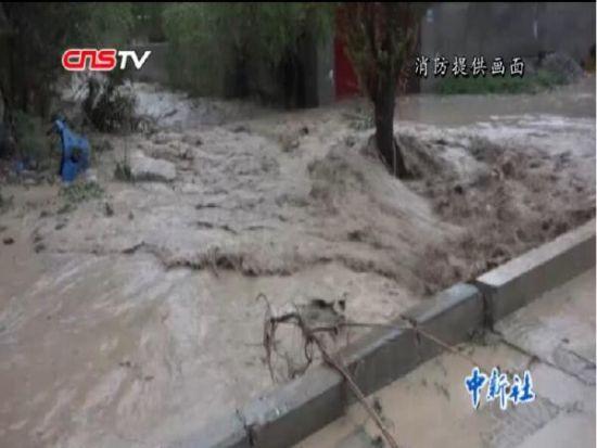 山洪突袭 新疆克州30余名受灾群众被困