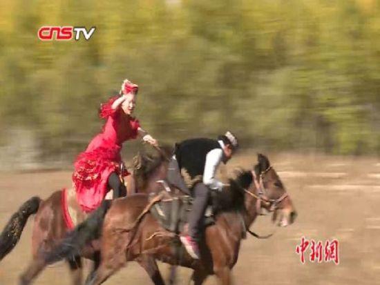 """赛马叼羊姑娘追 萨克族""""马上游戏""""草原上演"""