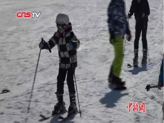 新疆滑雪场提前开业 滑雪爱好者可体验到全国首滑
