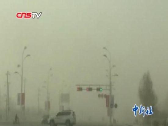 新疆哈密遭大风扬沙天气突袭 能见度仅50米