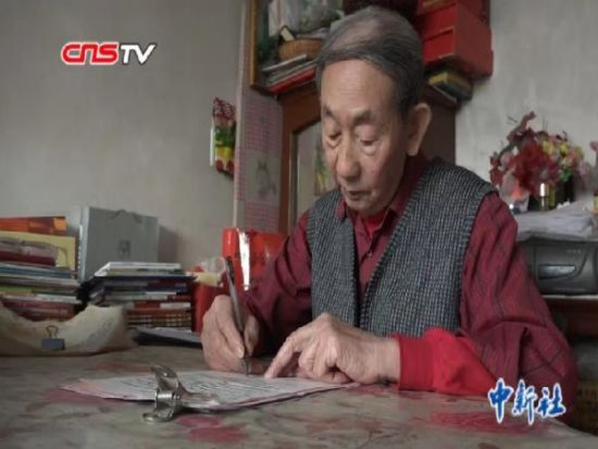 新疆八旬老人自学完成高中学业 出书鼓励青年逐梦