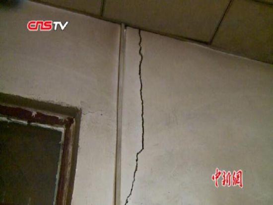 新疆且末5.8级地震开展排查救援 老旧房屋开裂严重