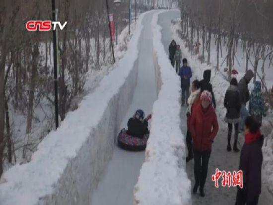 400米冰雪滑道亮相冰雪主题公园 游客连赞:过瘾