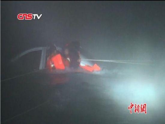 零下十几度 消防战士营救落水轿车致昏迷