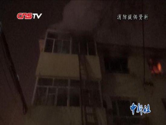 新疆楼房失火七旬老人被困 消防官兵紧急破门营救