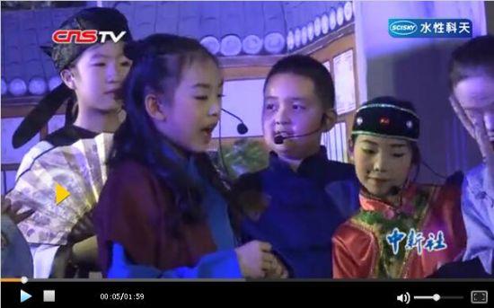 新疆小学生演绎《石头汤》 让世界充满爱意
