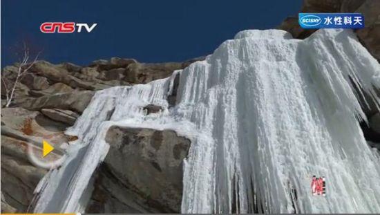 新疆阿勒泰惊现30米高冰瀑奇观