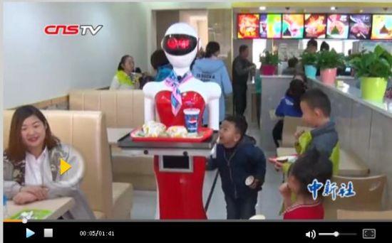 新疆一餐厅机器人点餐送餐人气爆棚