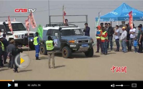 2名女赛车手无领航员穿越塔克拉玛干沙漠赛段