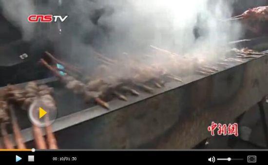 新疆现150米长烤肉炉 3200串烤羊肉同时烤制