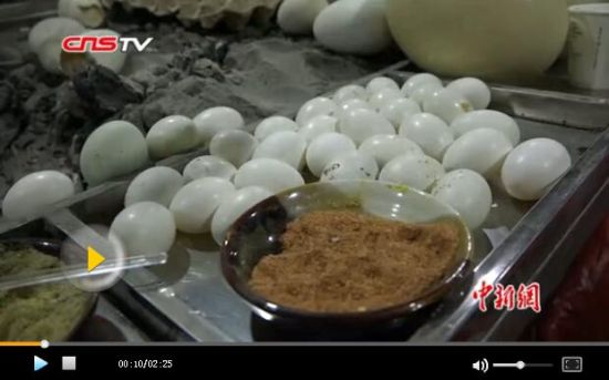 实拍新疆和田夜市各样烤蛋 最贵200多元一只