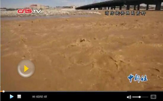 新疆和田玉龙喀什河突发洪水34名挖玉人被困 消防营救