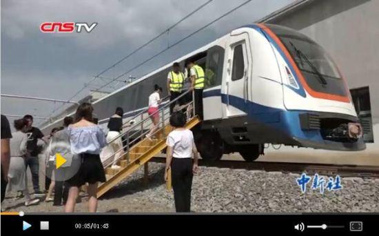 新疆首条地铁举行试乘日 快速出行市民点赞