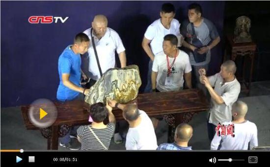 1.7亿奇石亮相新疆石博会 引民众围观拍照
