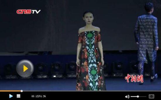 新疆模特展示艾德莱斯民族时装 市民点赞