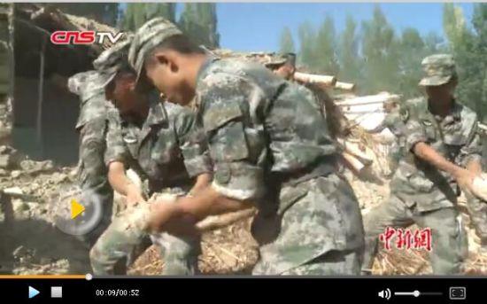 新疆精河6.6级地震 救援官兵徒手清理倒塌房屋