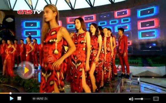 新疆模特大秀艾得莱丝晚装 12岁选手学习走模两不误