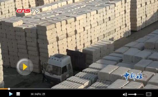 新疆棉花丰收质量好 棉麻储运生意忙