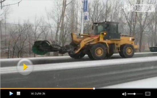 """新疆大范围降温降雪 """"雪中战斗机""""出动扫雪"""