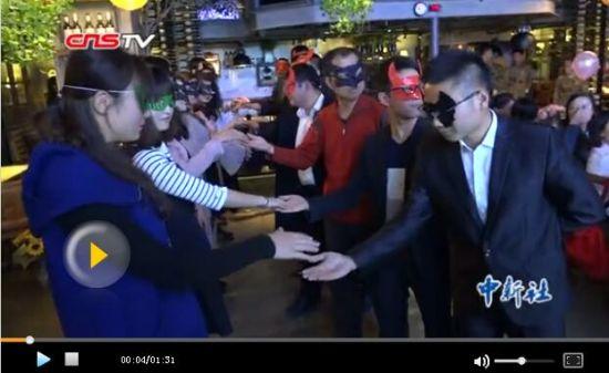 新疆百位青年男女假面舞会相亲 颜值默契都重要
