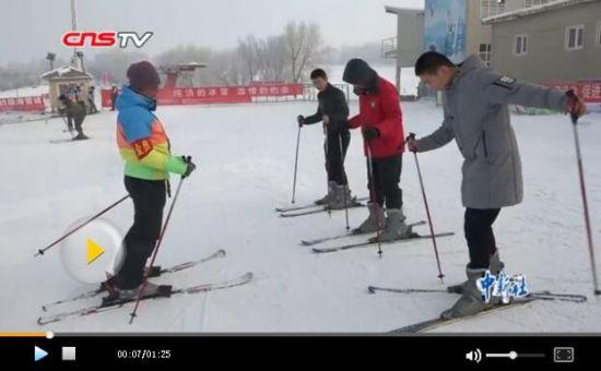 新疆青少年免费上滑雪课 学生为教练点赞