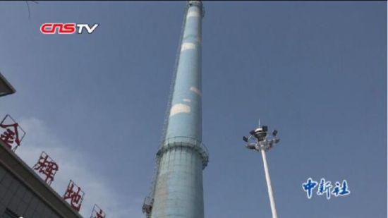 新疆百米高废弃烟囱里开餐厅 食客点赞物美价廉