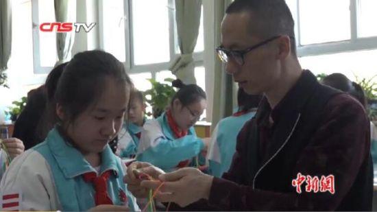 """新疆""""非遗""""传承人进校园 教授小学生民间传统技艺"""
