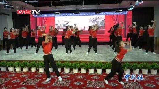 新疆小学生表演京剧广播体操 显国粹魅力