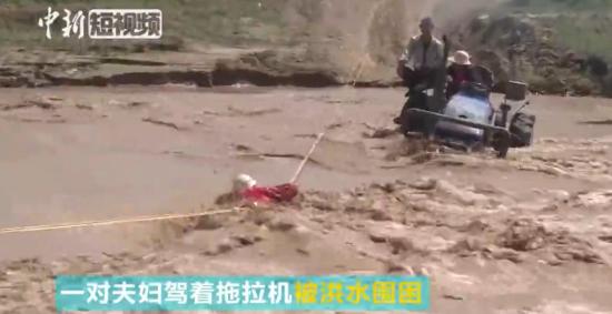 新疆消防队员营救被洪水围困人员 险被冲走