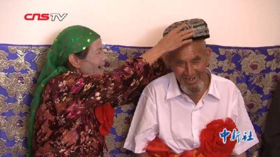 新疆84岁老翁迎娶68岁新娘 驻村工作队当红娘
